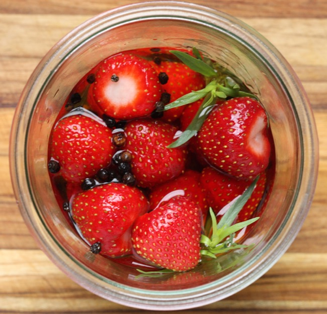 quick pickled strawberries | writes4food.com