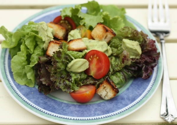 tomato salad with avocado dressing biscuit croutons | writes4food.com