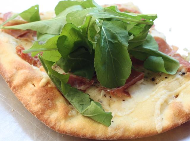 simple pizza with prosciutto, Fontina and arugula | writes4food.com